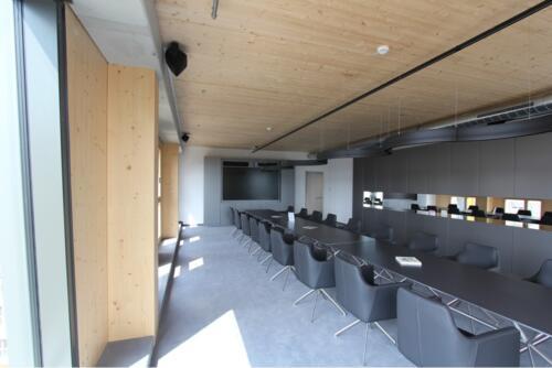 """Konferenzraum mit Beschallungsanlage und 98"""" Monitor"""